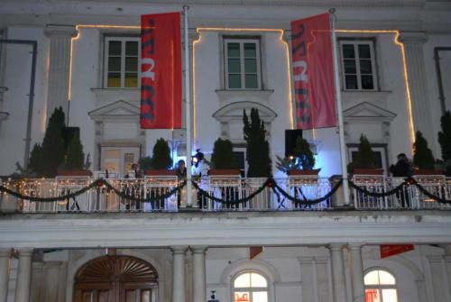Nastop tolkalne skupine na balkonu MNZC